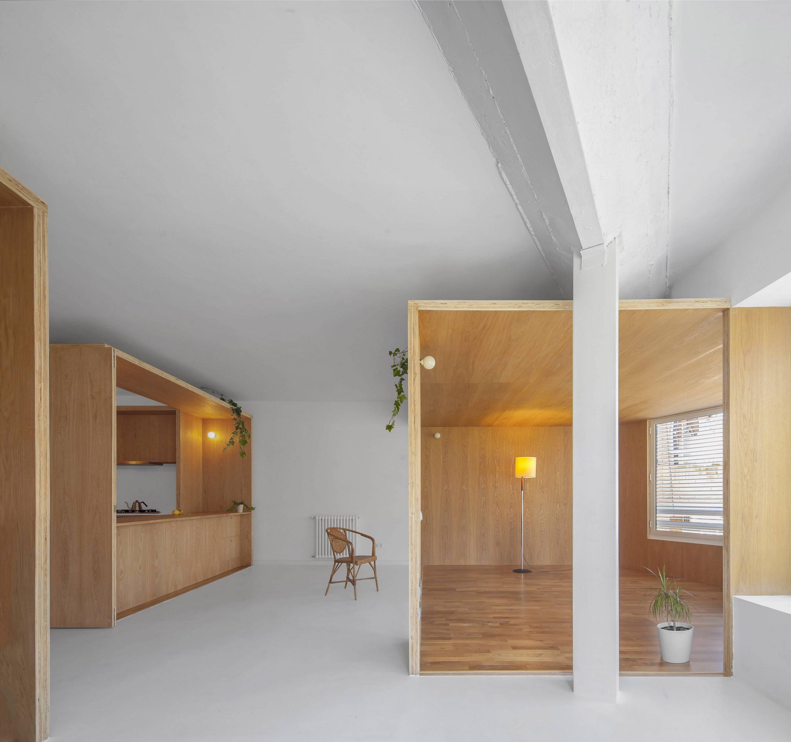 Zona común de la rehabilitación arquitectónica del apartamento extenso-intenso en Barcelona