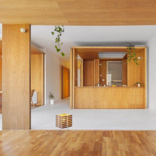 Sala de estar de la rehabilitación arquitectónica del apartamento extenso-intenso en Barcelona